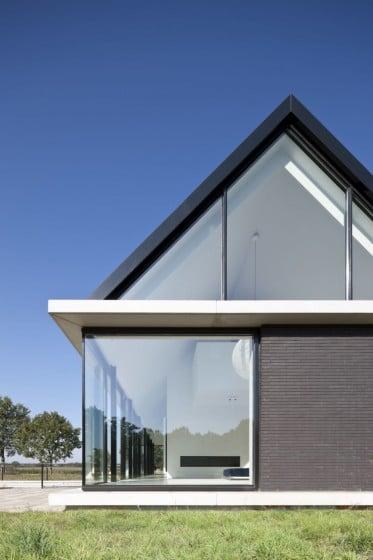 Vista de perfil de moderna casa de un piso con techo a dos aguas