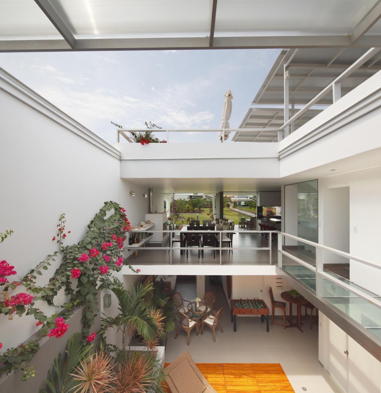 Dise o de casa de una planta con s tano y terraza piscina for Casas con balcon y terraza