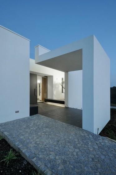 Detalle de ingreso principal de casa moderna