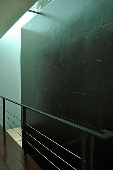 Diseño de escaleras con ventana en el techo