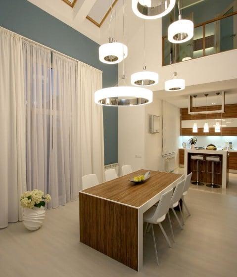 Diseño de comedor con lámparas de techo