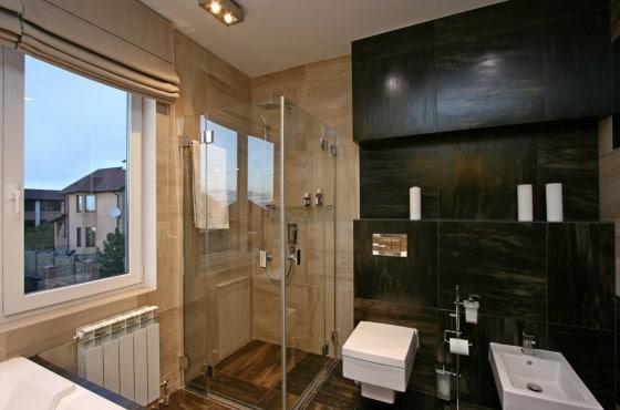 Diseño de cuarto de baño con varios tonos de azulejos