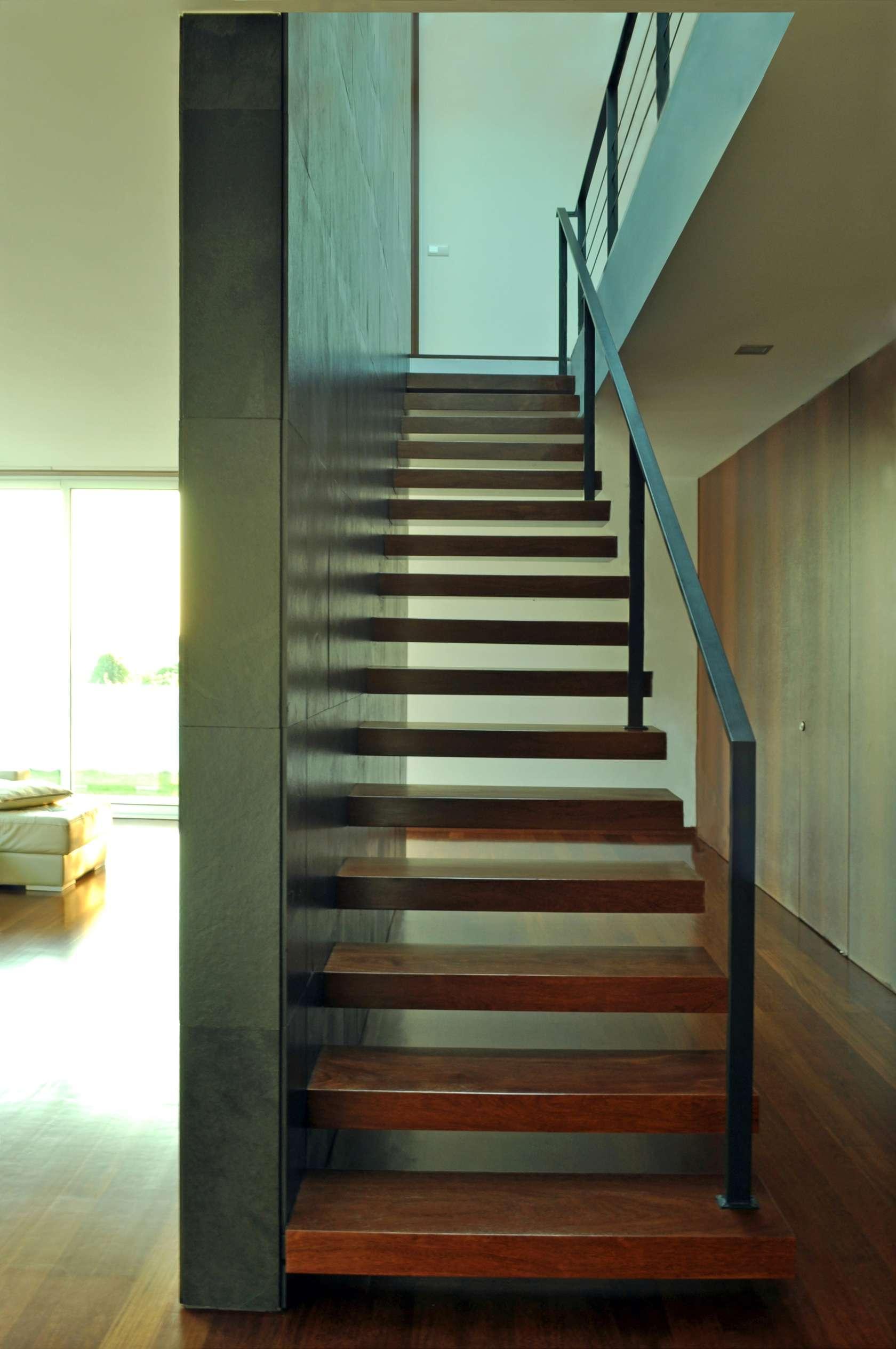 Dise o de casa cuadrada de dos pisos con planos y fachadas for Escaleras para caminar fuera del jardin