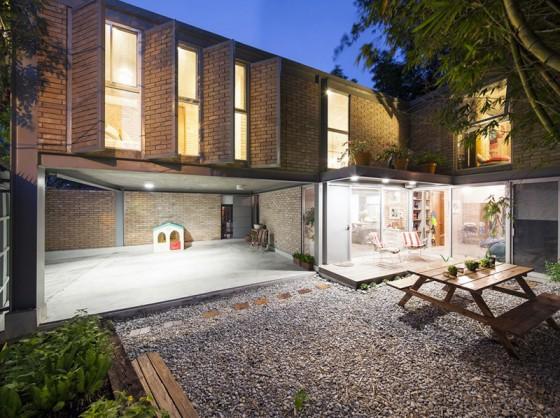 Diseño de fachada con ladrillo caravista en casa de dos pisos
