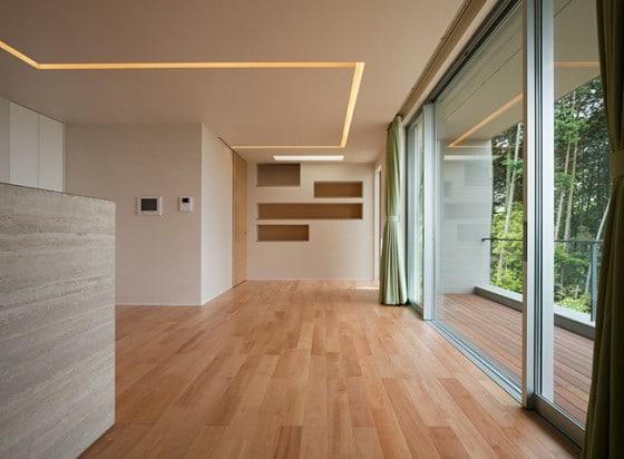 Diseño de interiores de casa con pisos de madera