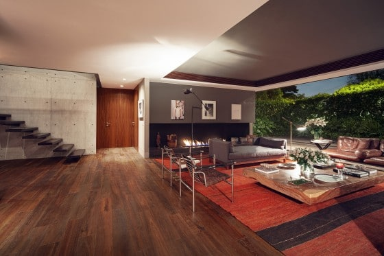 Diseño de moderna sala de grandes ventanas