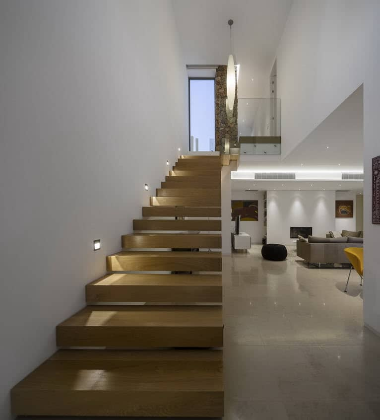 Moderna casa de dos plantas con piscina en azotea for Salas de madera modernas