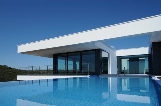 Diseño de piscina de casa moderna de una planta en desnivel