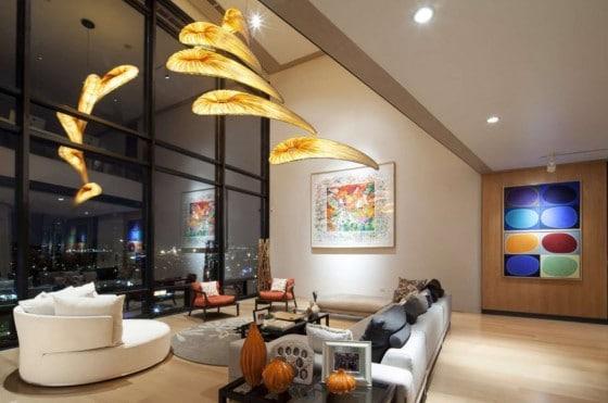 Diseño de sala con techo a doble altura de apartamento