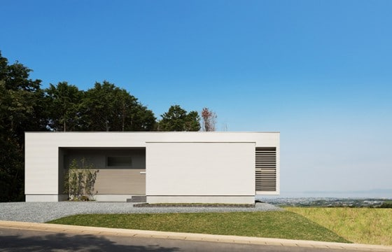 Fachada de casa de un piso ubicada frente al mar