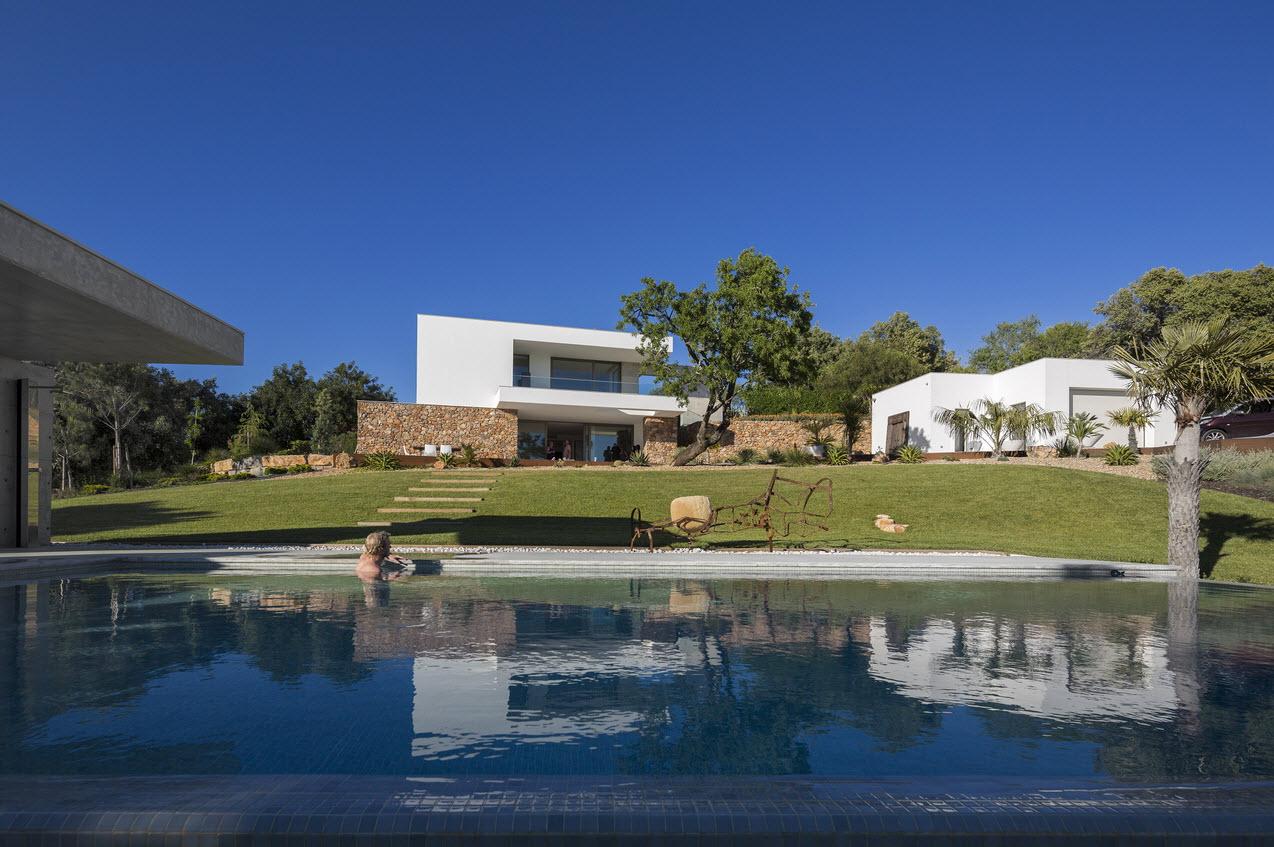 Moderna casa de dos plantas con piscina en azotea for Ambientes de una casa moderna