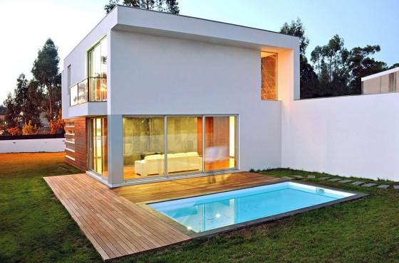 Fachada de moderna casa pequeña cuadrada