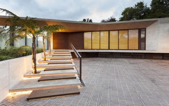 Ingreso principal a moderna casa de un piso