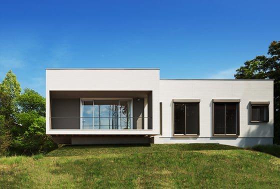 Fachada frontal de moderna casa de una planta