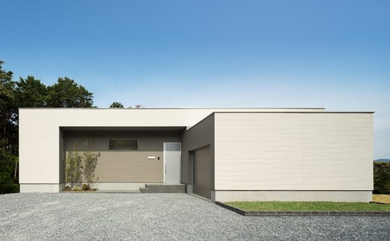 Fachada con ingreso principal de casa de un piso