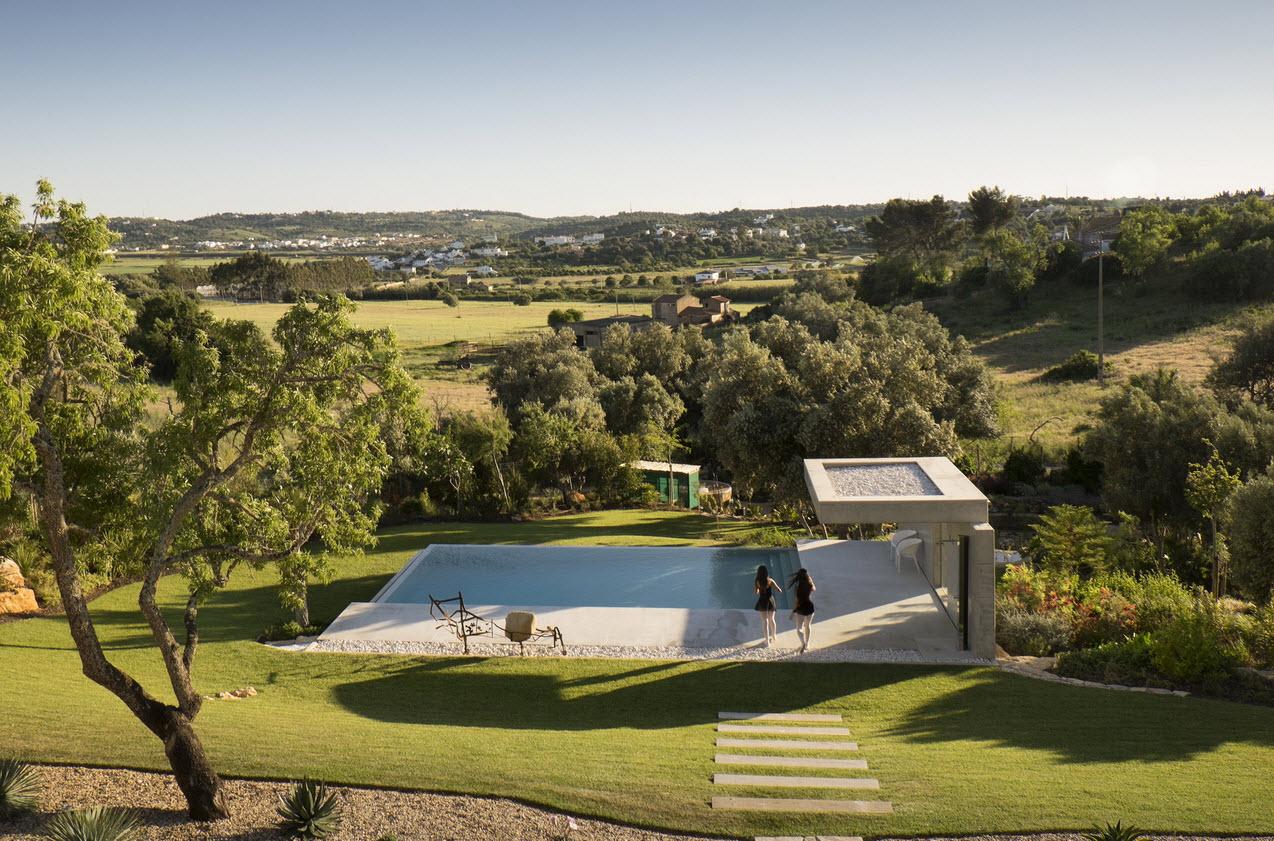 Moderna casa de dos plantas con piscina en azotea for Casa moderna en la montana