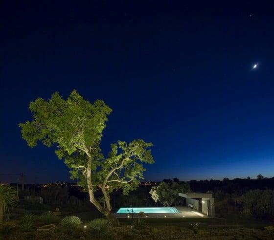 Piscina iluminada por la noche
