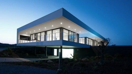 Vista de noche de casa moderna de una planta