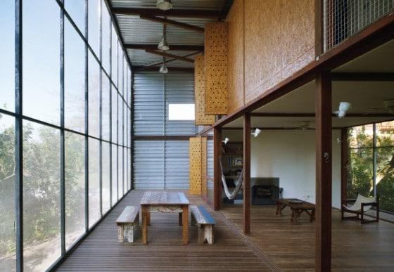 Comedor de casa rural protegida por pared mosquitero