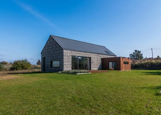 Diseño de casa pequeña de campo revestida de piedra