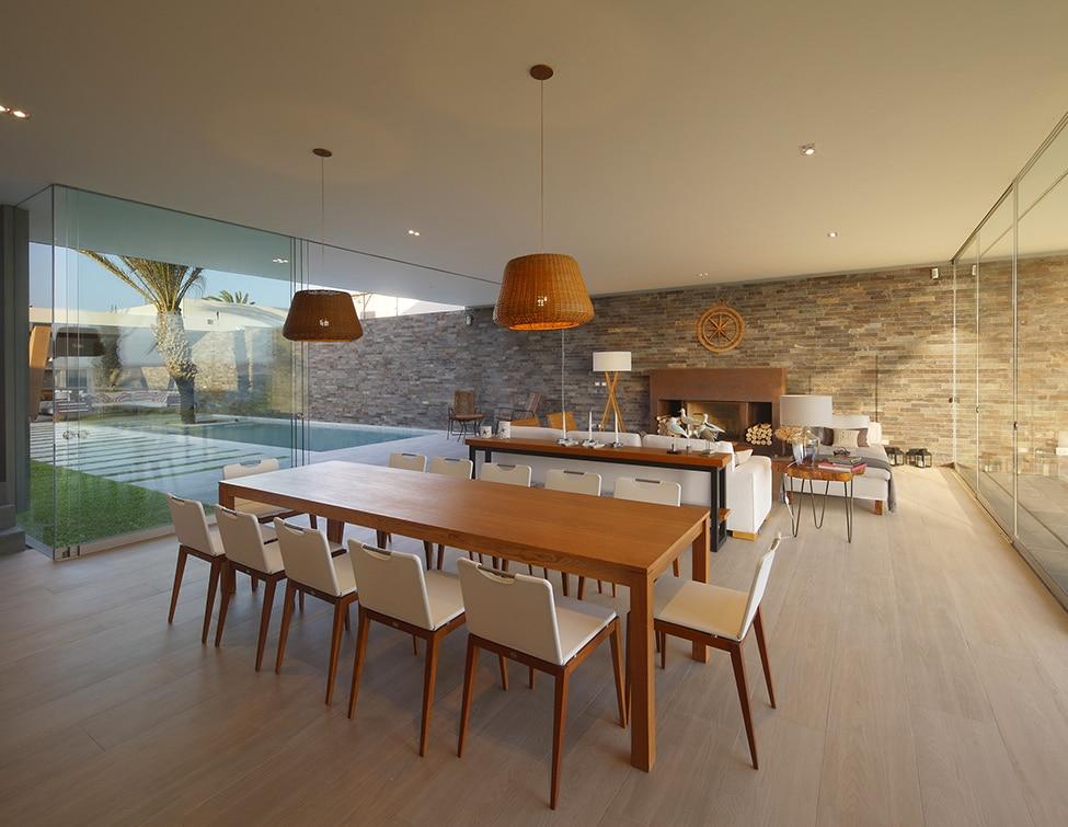 Fachadas de casa moderna de dos plantas construye hogar for Pisos para sala comedor y cocina