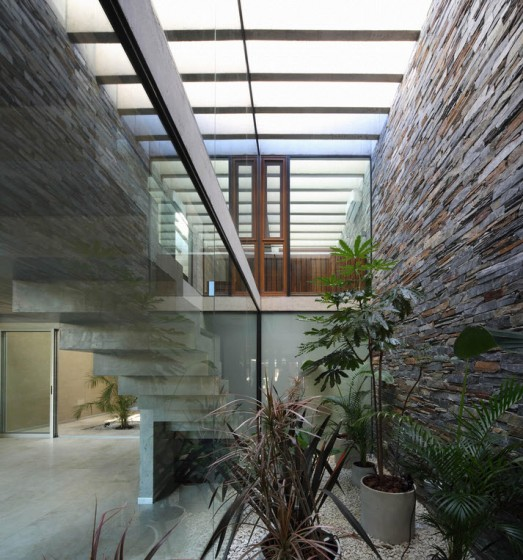 Diseño de escaleras modernas con iluminación por techo