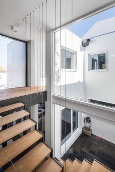 Diseño de espacio de escaleras con grandes ventanas