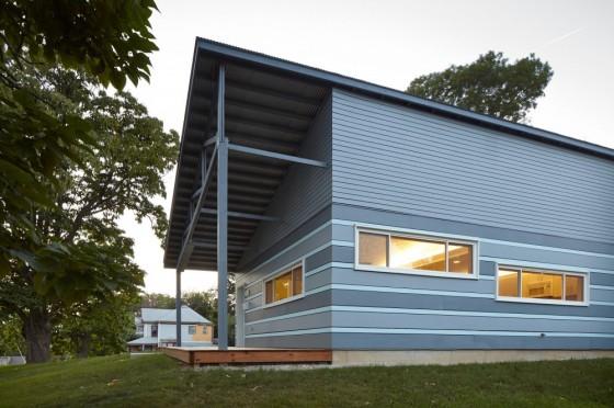 Diseño de fachada lateral de casa sostenible