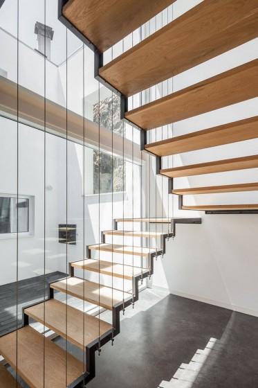 Diseño de modernas escaleras con peldaños de madera y marcos de acero