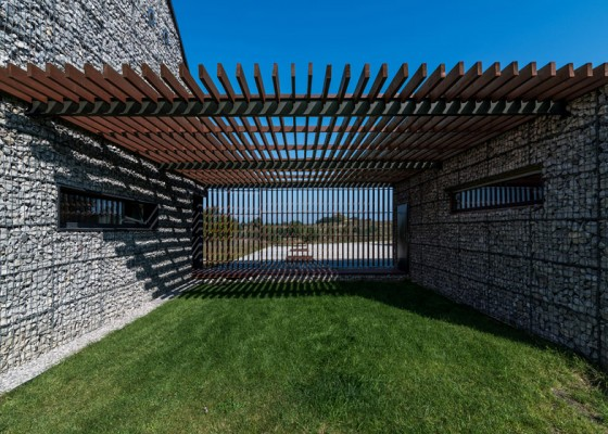 Diseño de pergola de madera y paredes de piedra