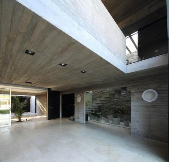 Diseño de sala con escalera de hormigón