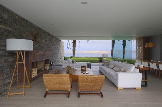 Diseño de sala moderna con vista al mar