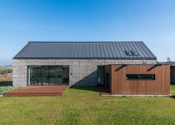 Fachada de casa de campo de piedra y madera