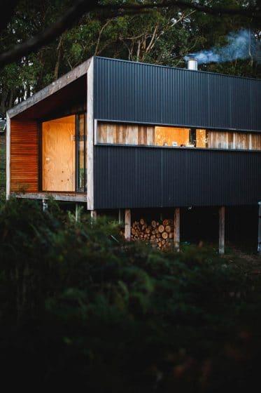 Fachada de pequeña casa de campo tipo rancho