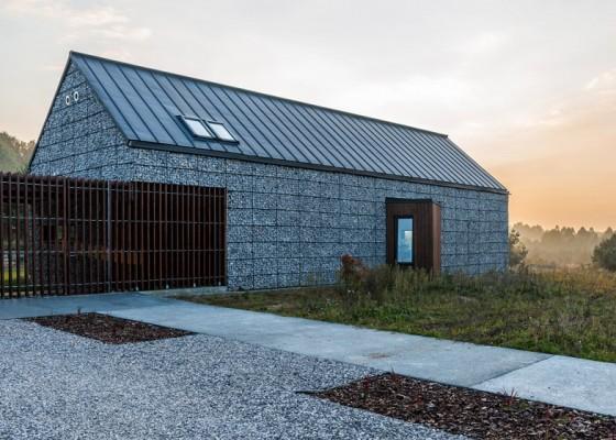 Fachada de pequeña casa de piedra rural