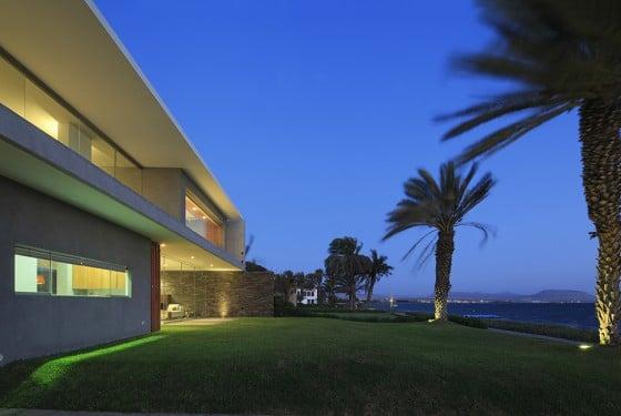 Perspectiva de casa moderna de dos plantas