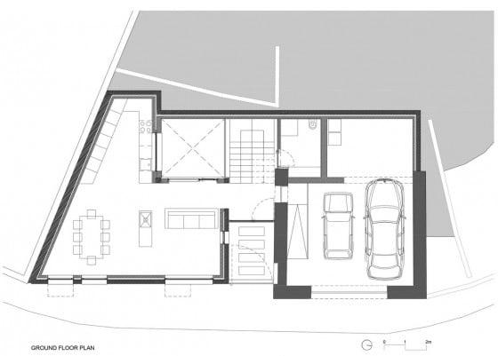 Plano de casa de dos plantas en terreno irregular