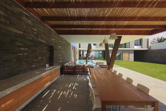 Terraza con techo de bambú