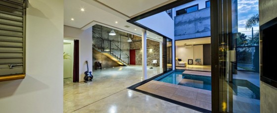 Ampios pasadizos al interiores de la casa de dos pisos