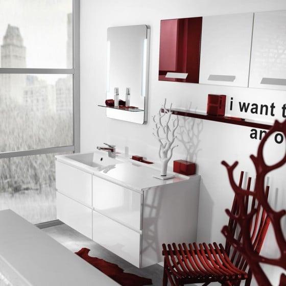 Decoración de interiores de cuarto de baño rojo y blanco