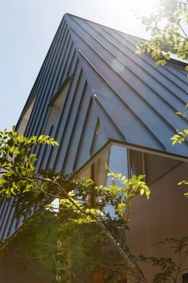 Detalle constructivo de techo inclinado de metal
