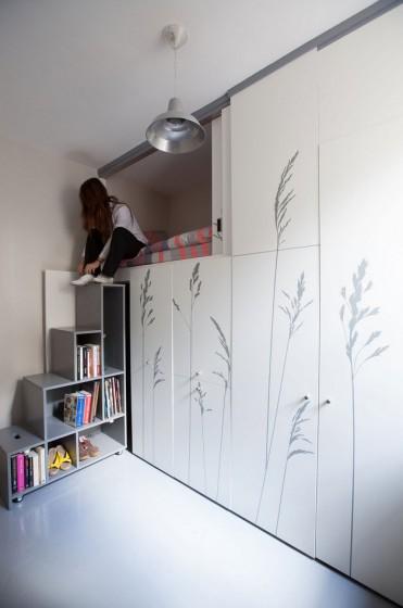 Diseño de armario con escaleras de pequeño apartamento