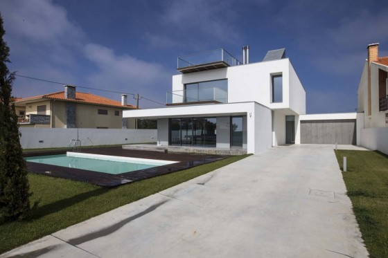 Diseño de casa de dos plantas con piscina