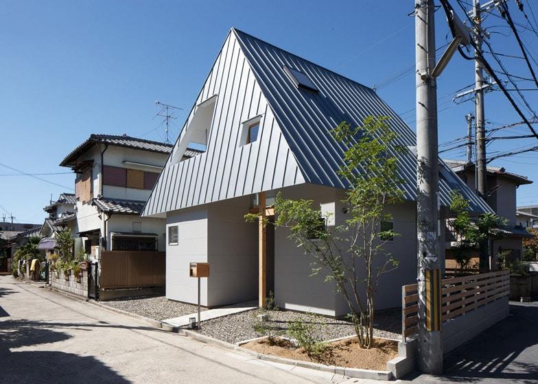 Dise o de casa peque a de dos plantas construye hogar for Casa moderna a dos aguas