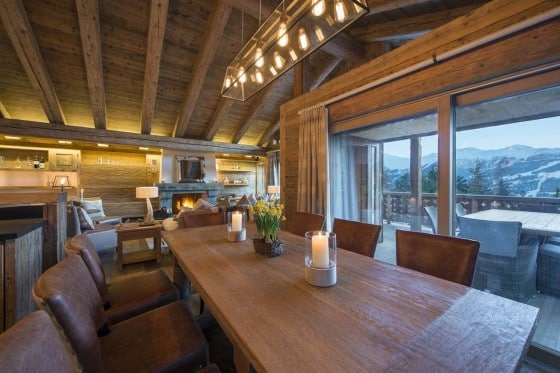 Diseño de comedor rústico con lámpara de techo