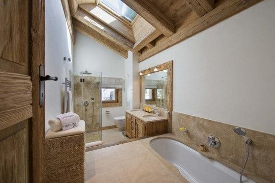 Diseño de cuarto de baño rústico con aplicaciones de madera