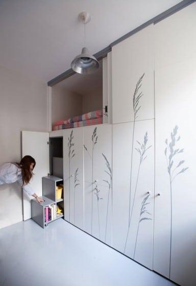 Diseño de departamento muy pequeño con muebles plegables
