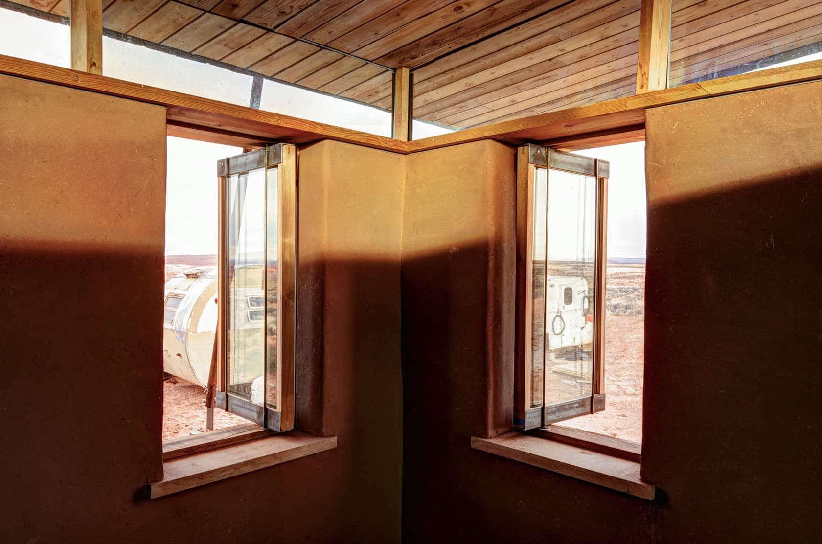 Proyecto de peque a casa de arcilla y madera for Ventanas en madera para interiores