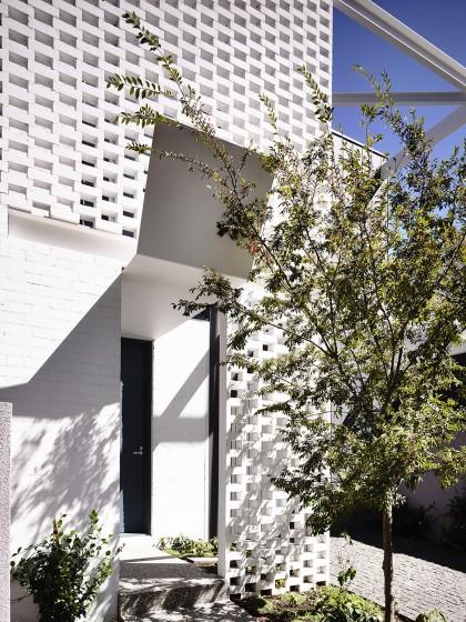 Diseño de puerta principal de casa de dos plantas