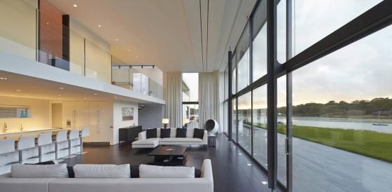 Diseño de sala con grandes ventanas